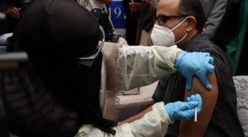 بعد ثلاثة أسابيع من وصول أول شحنة من برنامج كوفاكس..  اليمن يبدأ حملة التطعيم ضد كوفيد-19 في العاصمة عدن